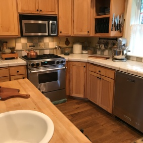 1/3 Kitchen Counters / Island